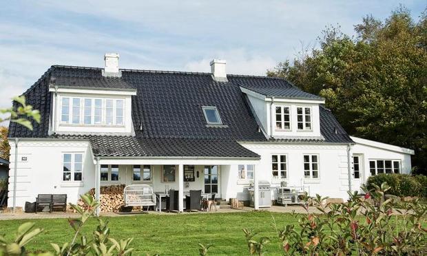 Ægteparret Tine Juhl Thomsen og Jeppe Thomsen har føjet den skønne terrasse mod syd til bygningens arkitektur. Pressefotograf Henrik Bjerg