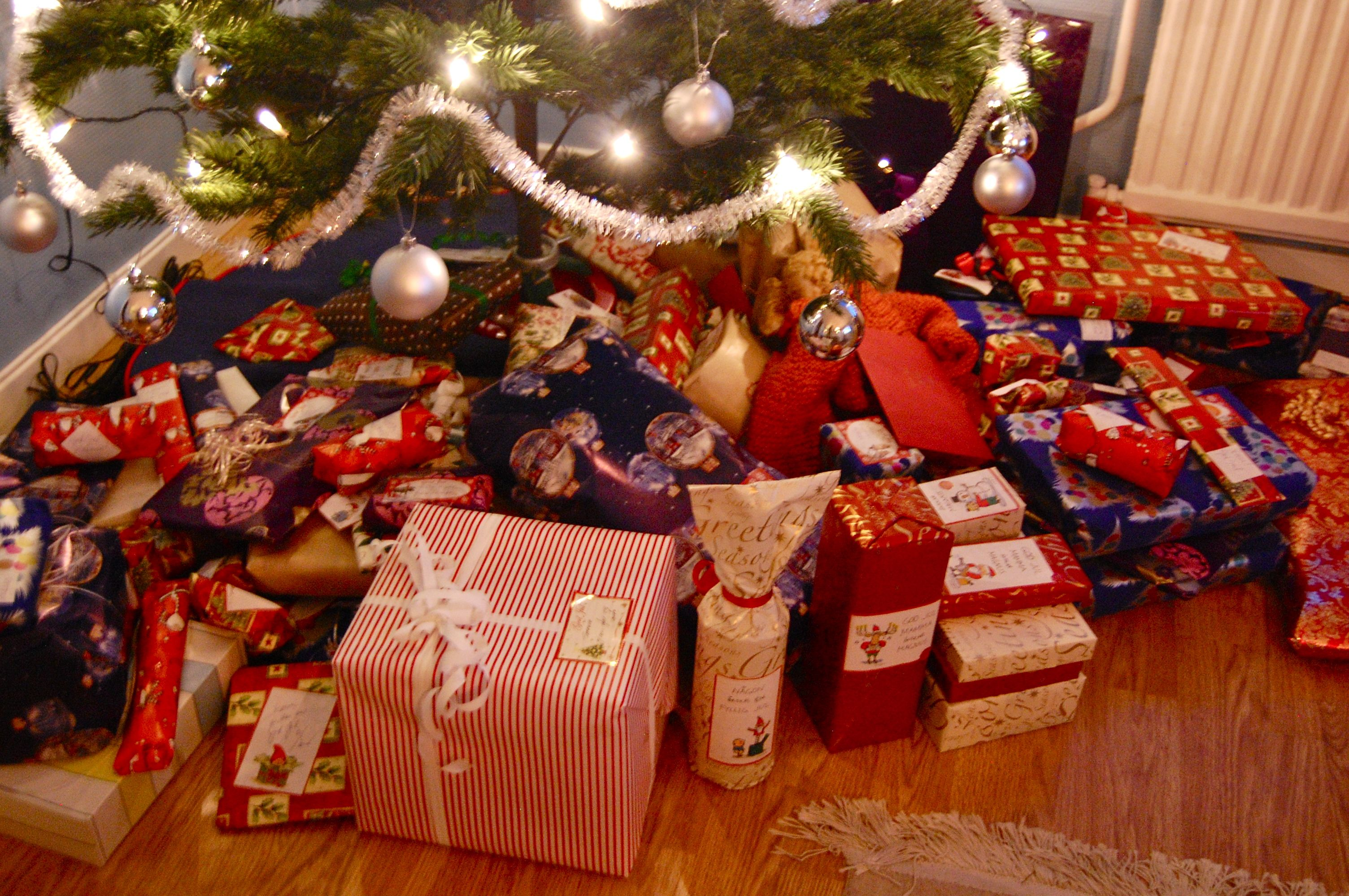 lots of christmas presents | Christmas gifts under the tree ...