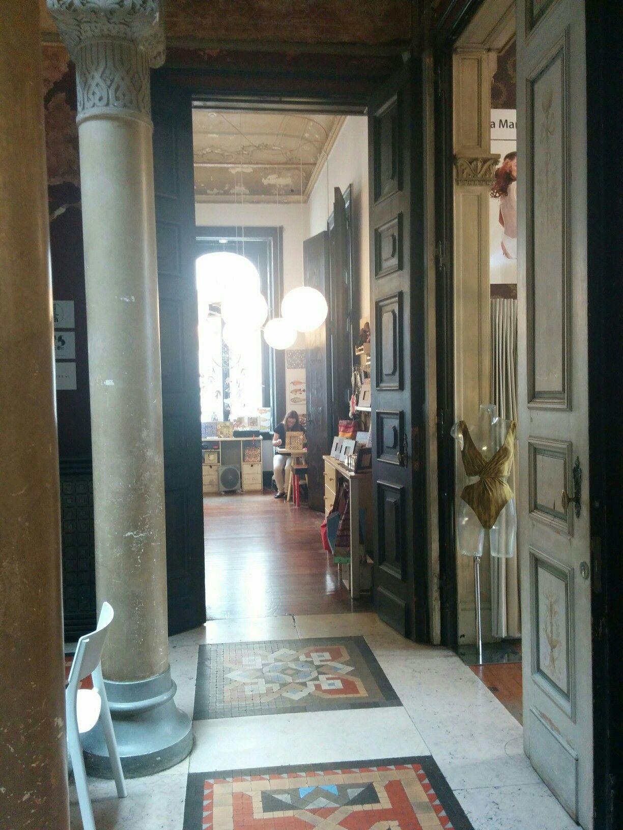 EMBAIXADALX Tolles altes Gebäude restauriert aber Ausgefallen!  Es sind schöne Geschäfte und Popup Shops in den einzelnen Räumen die früher Zimmer waren! Mit Stuck an der Decke und tollen Holzböden!