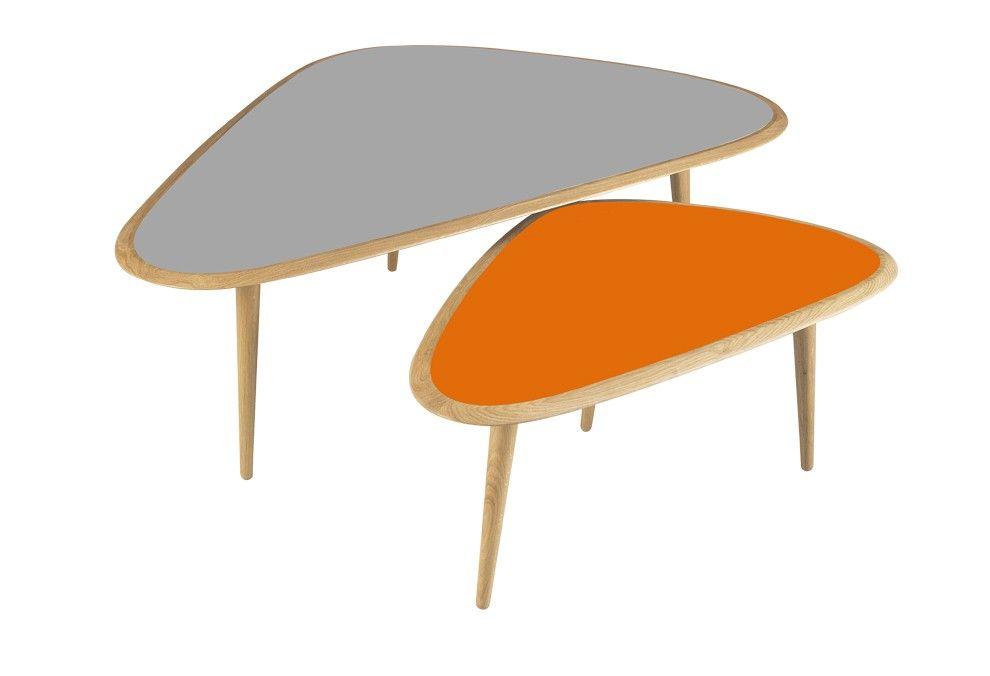 Set De 2 Tables Basses Avec Un Pietement A 3 Pieds En Chene Massif Et Des Rives En Chene Massif Bordant Le Plat Mobilier De Salon Mobilier Design Table Basse