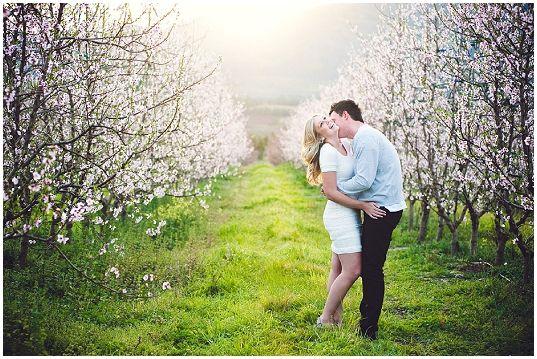 Blossoming Love Couple Shoot Fotos De Compromiso Fotografia Fotos