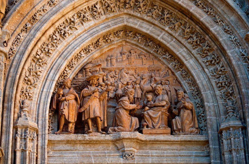Tímpano de la Puerta de los Palos con la adoración de los Reyes realizada por Miguel Florentín hacia el 1.520. Seville, Spain.