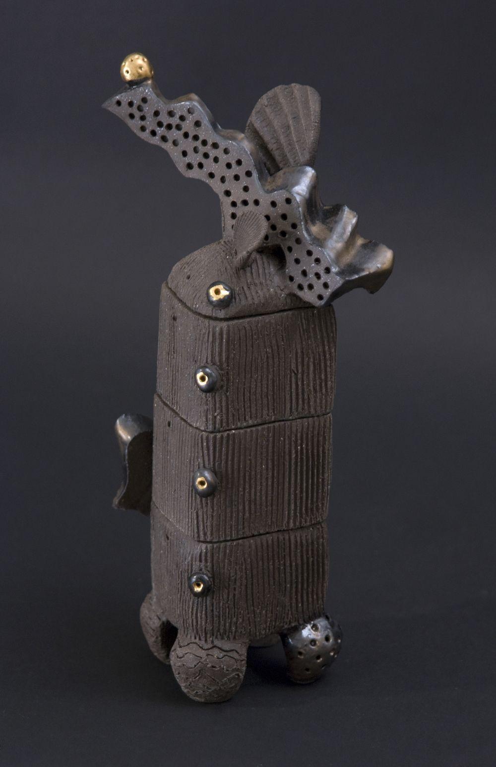 Akiko Tanaka Oju Box 2010 Porcelana de alta fuego, vidrio, brillo de oro 3 x 2.5 x 8 pulgadas & nbsp; / & nbsp; 7,6 x 6,4 x 20,3 cm & nbsp; / & nbsp; 10 ATA