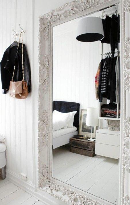 Grote witte spiegel in de slaapkamer | B e d r o o m | Pinterest