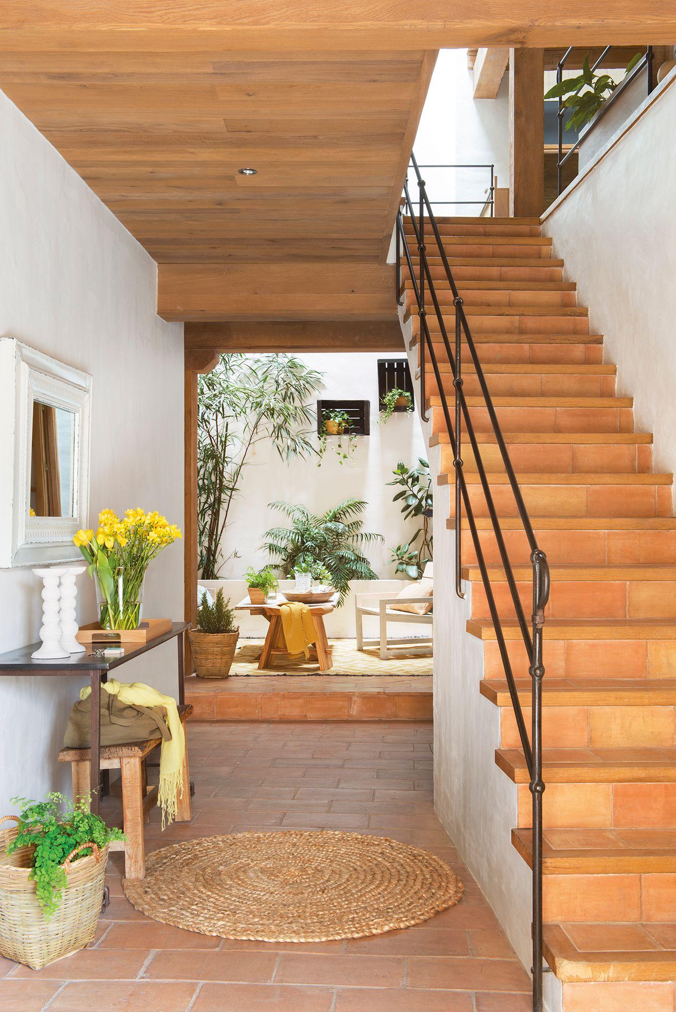 Recibidor con vistas al patio y escalera de acceso al piso for Escaleras entrada casa
