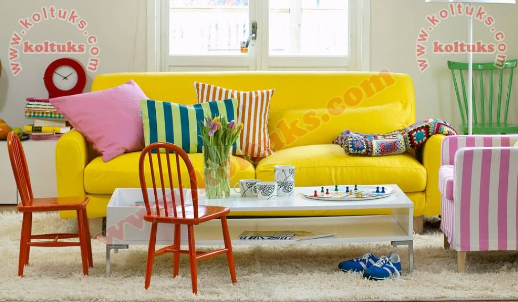 sari pembe ve beyaz uyumlu koltuk takimi oturma odasi fikirleri ev dekoru tasarim ic mekanlar