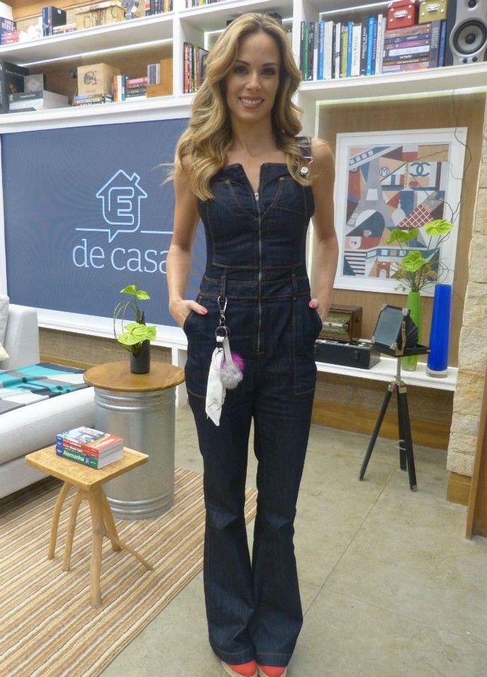 Ana Furtado aposta em macacão jeans para comandar o É de Casa (Foto   Carolina Berger Gshow) d18e61325d6
