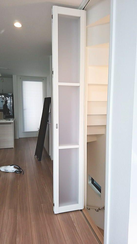 省エネ対策で2階リビング階段口に コンパクトな折れ戸取付事例