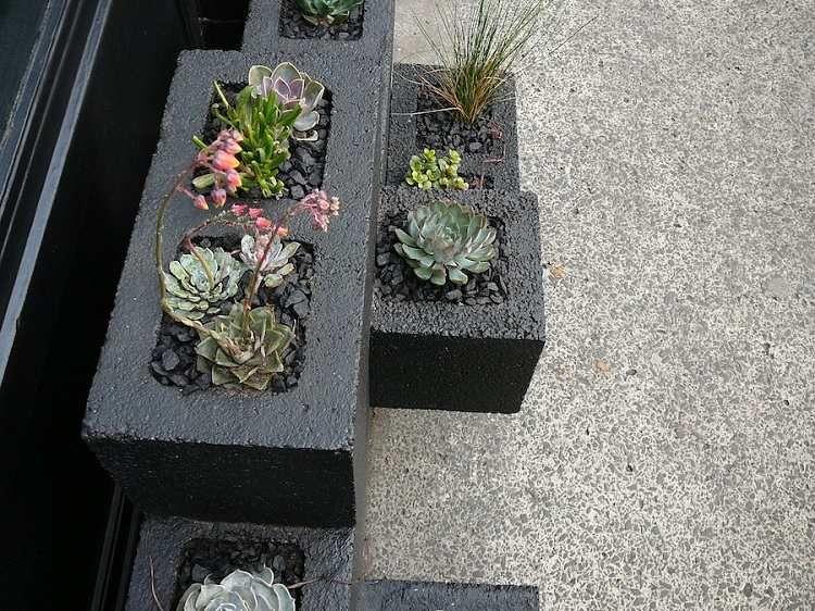 Jardiniere En Beton Diy En Parpaings Pour Les Plantes Grasses En 2020 Avec Images Jardiniere Beton