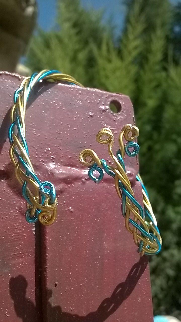 Pulsera alambre de aluminio azul y amarillo. Diseño propio. Rosa Blanca.