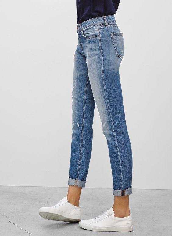Photo of Schlichte, kurze Jeans und weiße Turnschuhe. Stylisches lässiges minimalistisc…