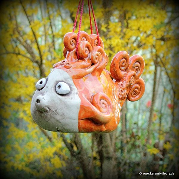 Dieser keramik fisch ist als dekoration im garten am teich oder im haus ein echter hingucker - Silberhochzeit dekoration am haus ...