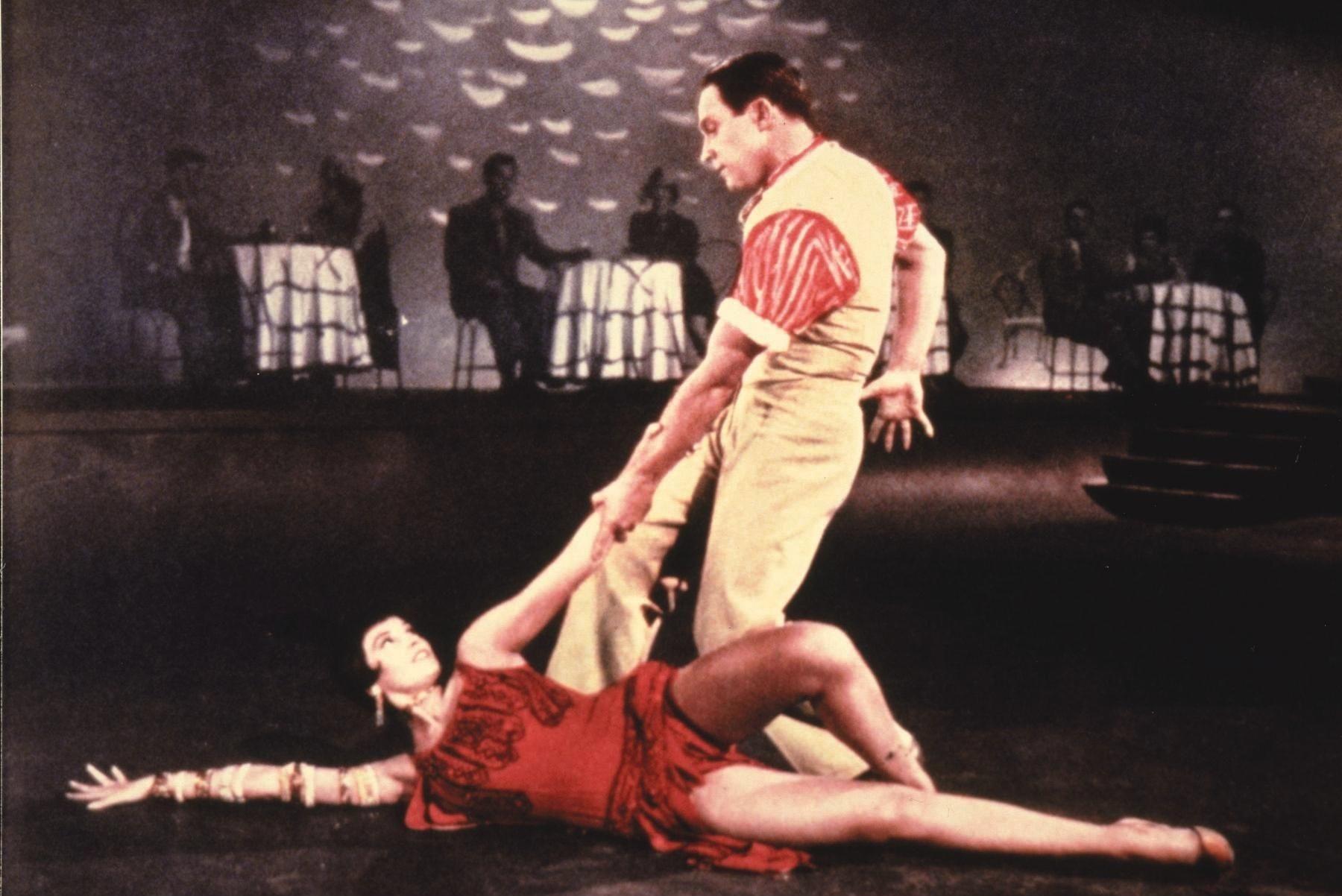 Still of Gene Kelly and Cyd Charisse in Singin' in the Rain (1952) http://www.movpins.com/dHQwMDQ1MTUy/singin/still-2508634880