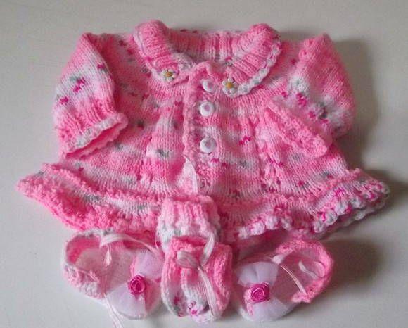 Conjunto composto de casaquinho, luvinhas e sapatinhos, confeccionados em tricô ( casaquinho e luvinhas) e crochê ( sapatinhos), com fio importado da Túrquia. Detalhes> botões, fitinhas e tule (sapatinhos). cor > rosa jacquard Tamanhos disponiveis> 0 a3  meses./ 3 a 6 meses Frete por conta do comprador. R$ 129,90