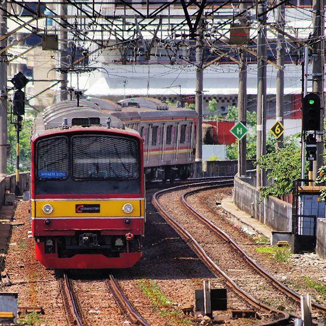 Krl Commuter Line Ex Jr 205 Bekasi Line Approaching Jakarta Kota