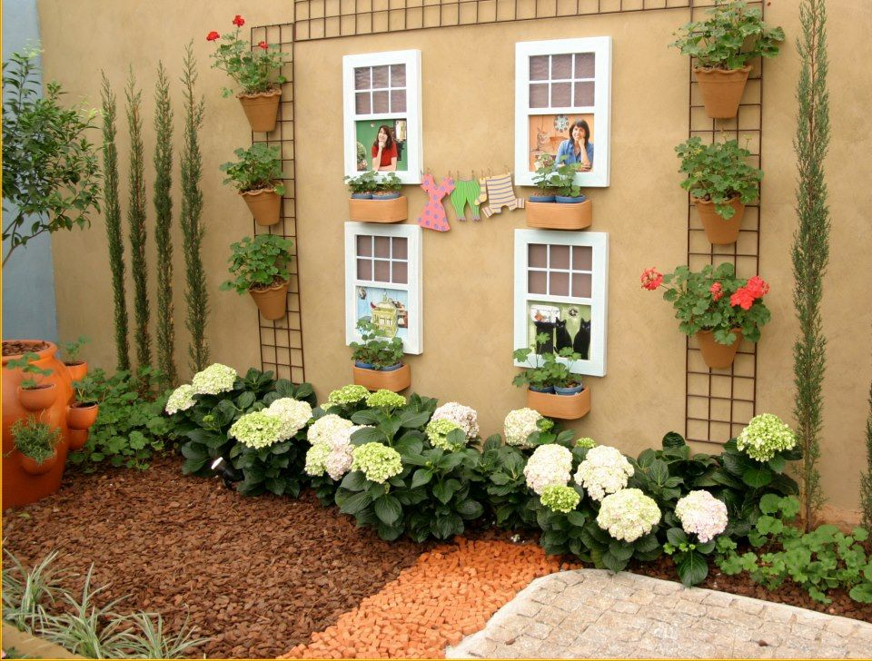 Inspirações para o jardim um espaço para ficar is part of Garden deco, Backyard garden design, Diy garden fence, Garden decor, Pinterest garden, Backyard landscaping designs - Ideias para curtir o jardim, com chão permeável, pérgolas e muros emoldurados