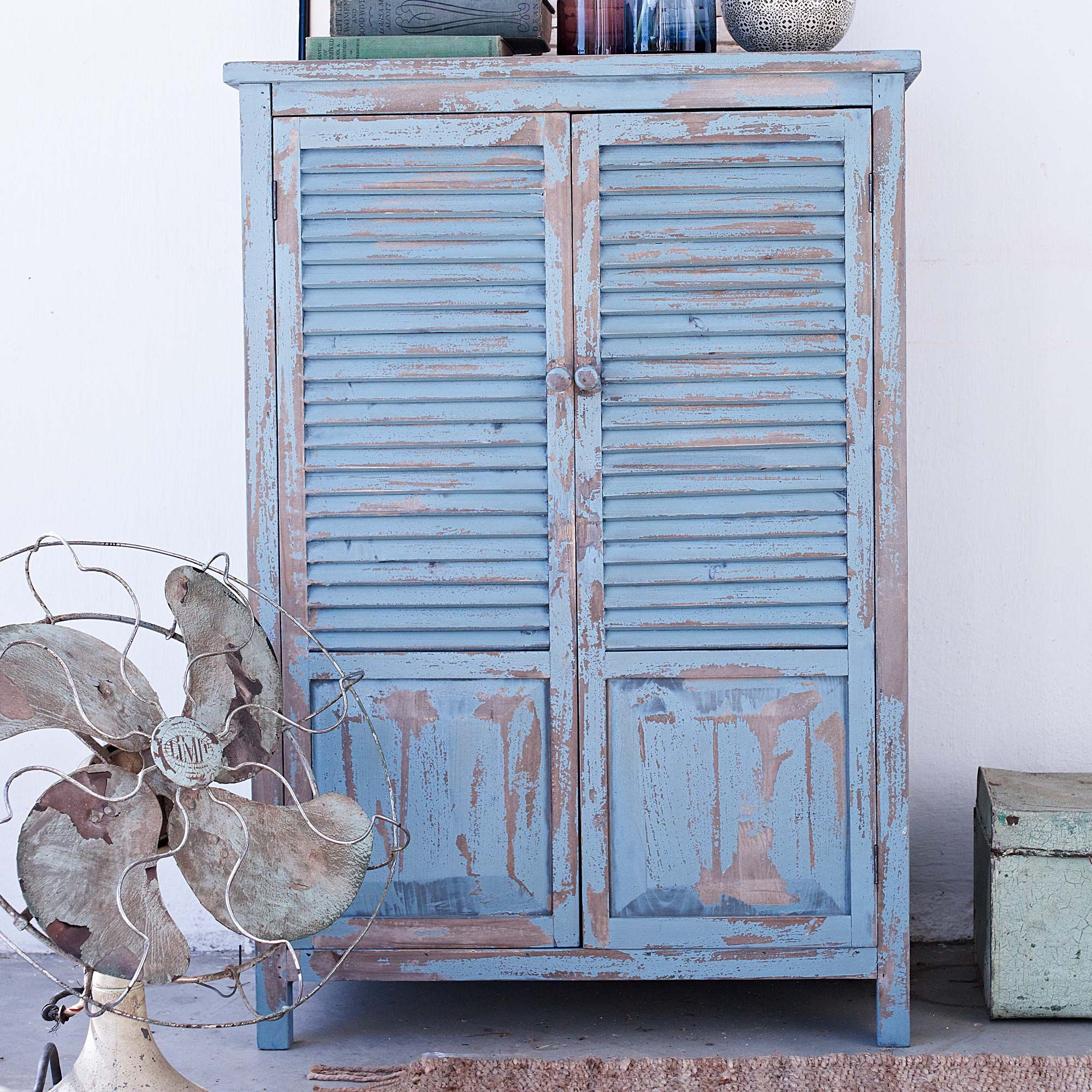 rustikaler schrank in blau mit shabby chic style. Black Bedroom Furniture Sets. Home Design Ideas