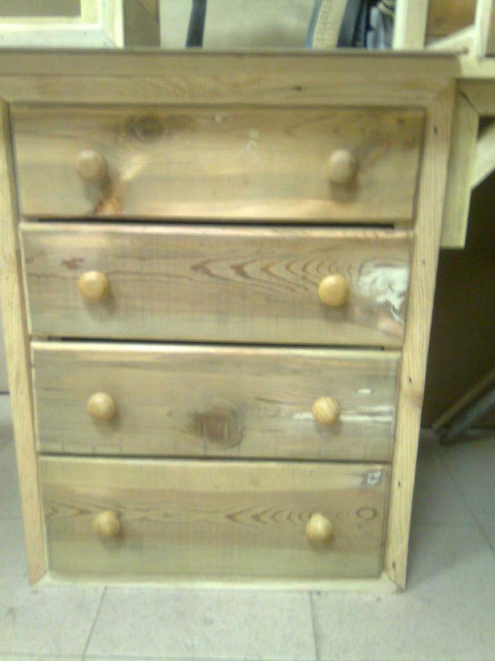 Detalle de cajonera de un mueble hecho con madera reciclada de palets para un estudio apafam - Muebles hechos con palets de madera ...