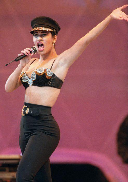 16 Looks de Selena Quintanilla que demuestran por qué es la reina del bustier y 'crop-top'
