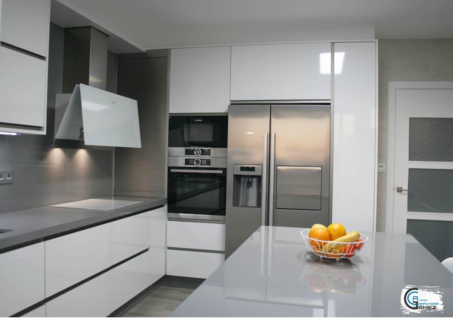 Cocina formica ar+ blanco / dekton blaze: cocinas integrales de estilo de almacén de carpintería gómez, moderno
