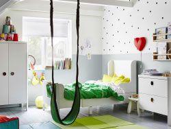 Detská izba zariadená bielou nastaviteľnou posteľou, šatníkovou skriňou a komodou.