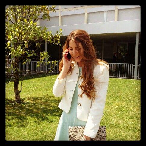Vestido de Zara, cartera de mano de H&M, collar de perlas y chaqueta Vintage con botones dorados estilo Chanel