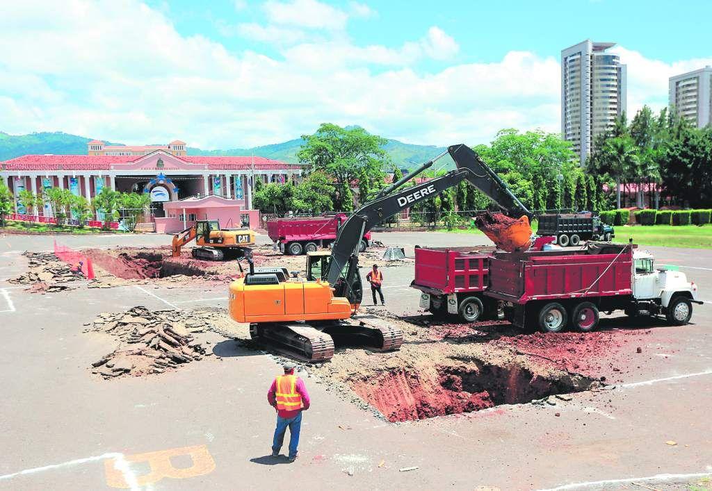 Las excavadoras iniciaron desde ayer las labores sobre la denominada plaza La Democracia.