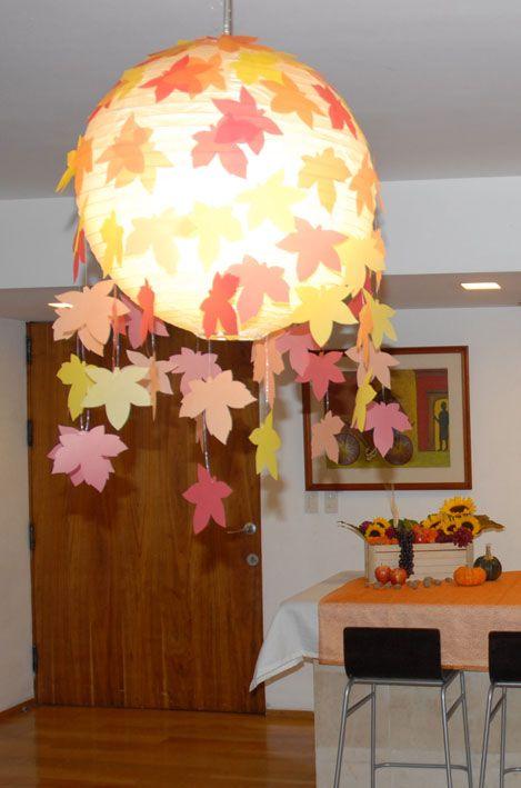 Lámpara con hojas secas colgantes para fiesta de otoño