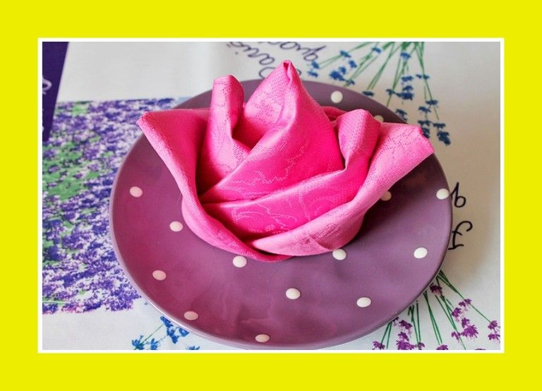 eine bl hende rose aus einer serviette ist einfach zu. Black Bedroom Furniture Sets. Home Design Ideas