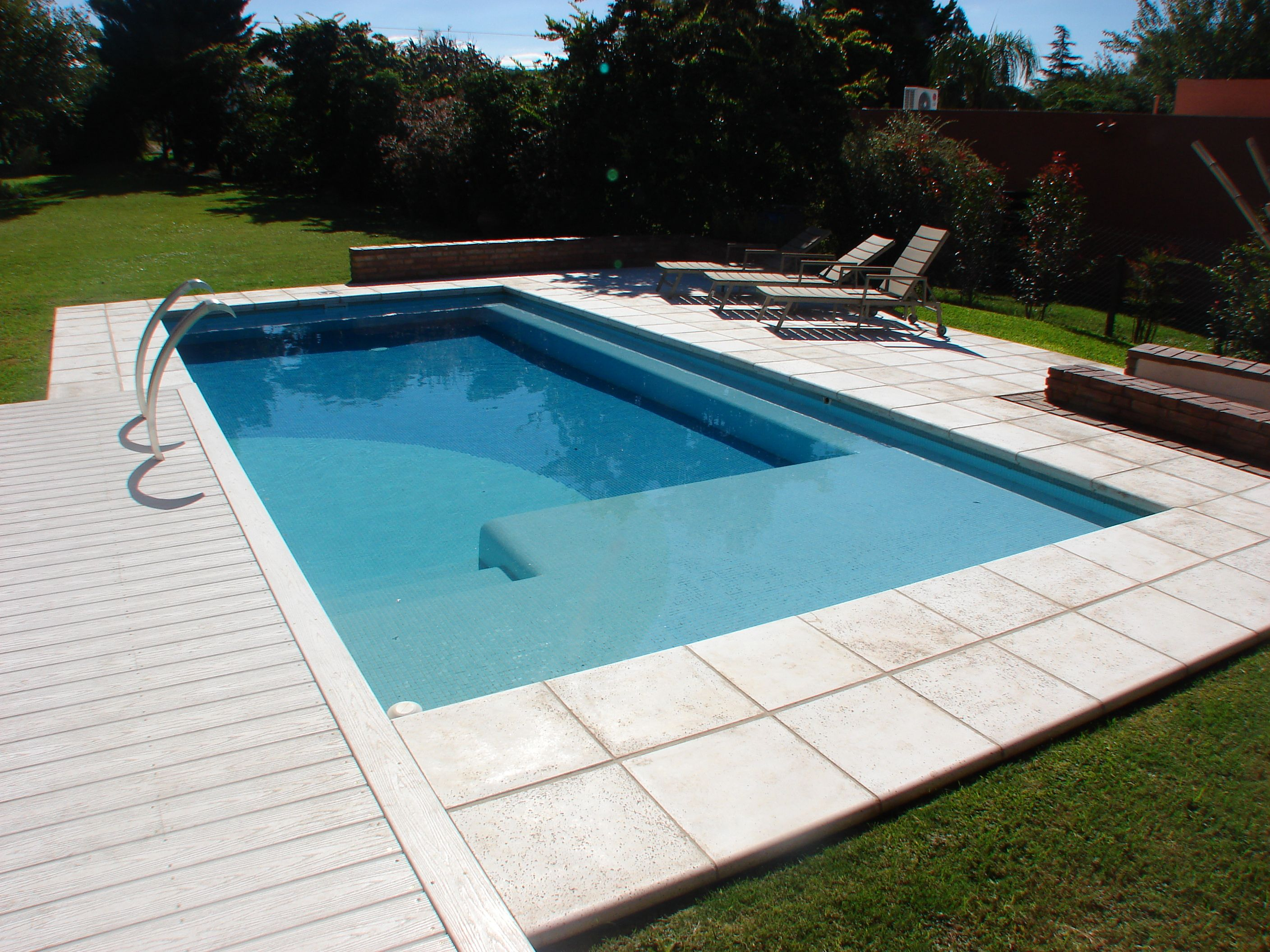 Arquitectura hidro deck wellnes swimmingpool for Planos de piscinas modernas