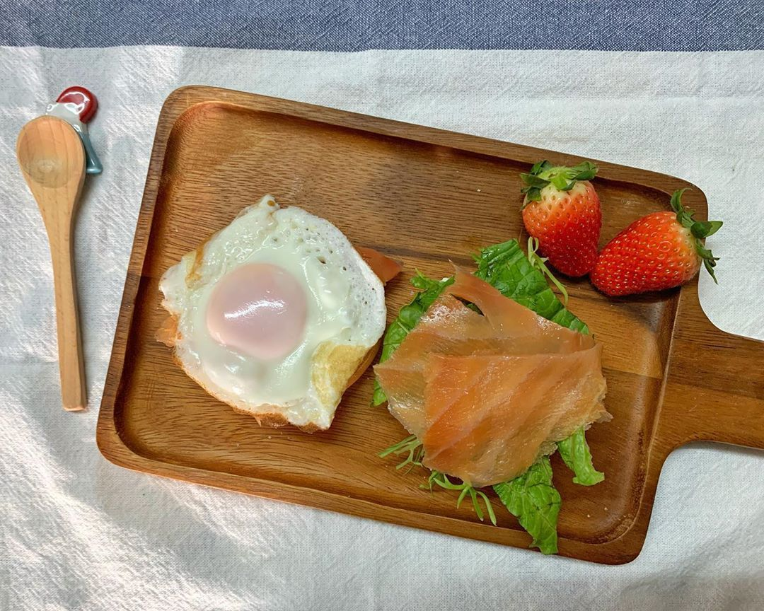 昨晚弄的Bagel🥯  沙律菜 煙三文魚 流心蛋  配上低脂洋蔥香草味忌廉芝士  太 好 吃 了!  -  最近少出門  所以又燃起了在家中做運動的習慣  吃個營養豐富的早餐再運動一下  整天也會精神飽滿  #健康 #健康飲食 #健康煮食 #煮食 #健康早餐 #早餐 #早餐時光 #早餐日記 #飲食紀錄 #煮食 #healthy #healthyeating #healthycooking #cooking #breakfast #healthybreakfast #eating #food #hkfood #富士 #富士山 #Fuji #Fujisan #fujimountain #貝果 #bagel #比高