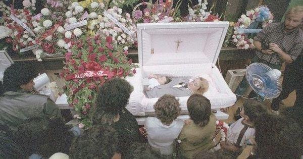 ريان دان جنازة المفتوحة النعش داخل الناس حضور المفتوحة النعش أعقاب