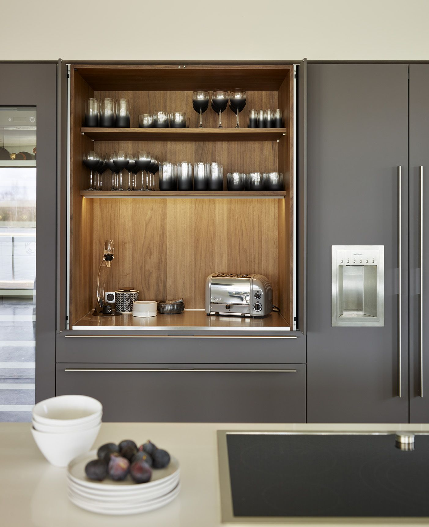 walnut veneer interior of the bulthaup pocket door with soft touch 39 lava 39 referentes job. Black Bedroom Furniture Sets. Home Design Ideas