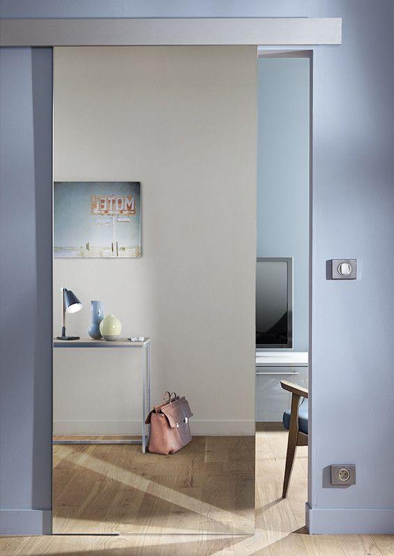 Miroir Et Jeu De Lumiere Pour Une Decoration Etonnante Porte Coulissante Miroir Portes De Grange Interieur Porte Grange