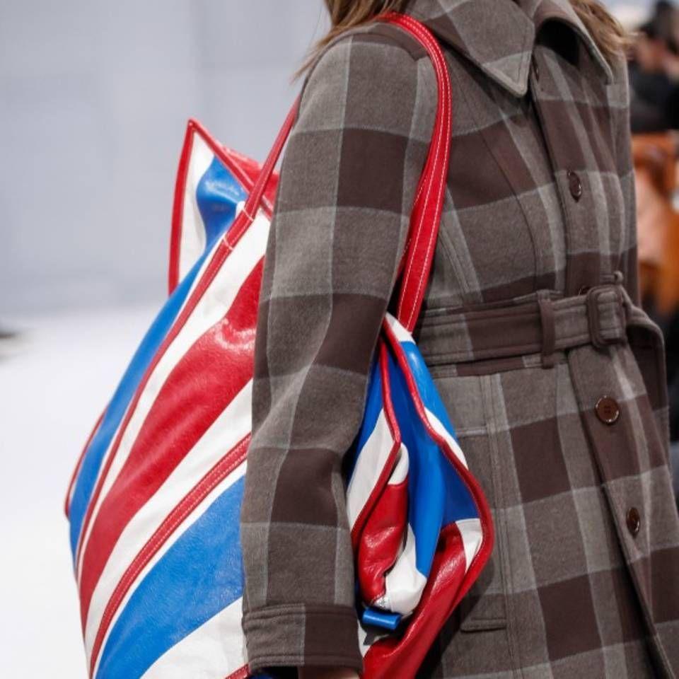 """Echt jetzt? Der Bazar-Shopper von Balenciaga gilt als neue It-Bag - """"Riesige Plastiktasche oder geniale It-Bag - das ist hier die Frage. Am neuen Bazar-Shopper von Balenciaga scheiden sich die Geister.</p><p><br/></p><p><br/>"""""""