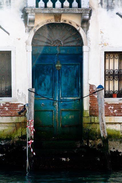 De deur op de foto, is mysterieus. Je weet niet waar het naartoe leidt. het geeft een soort risico aan, als je de deur open maakt.