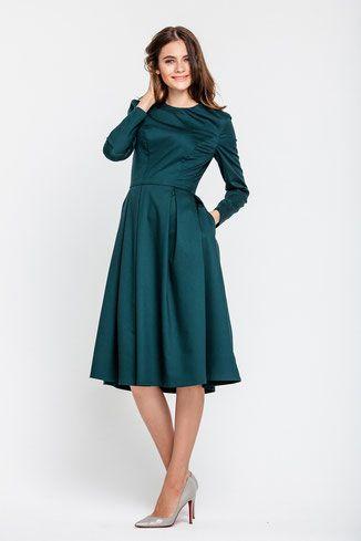 Tailliertes Kleid mit langen Ärmeln und ausgestelltem ...