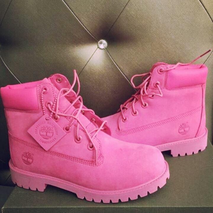 Las 11 mejores prendas para combinar tus botas rosas | Botas