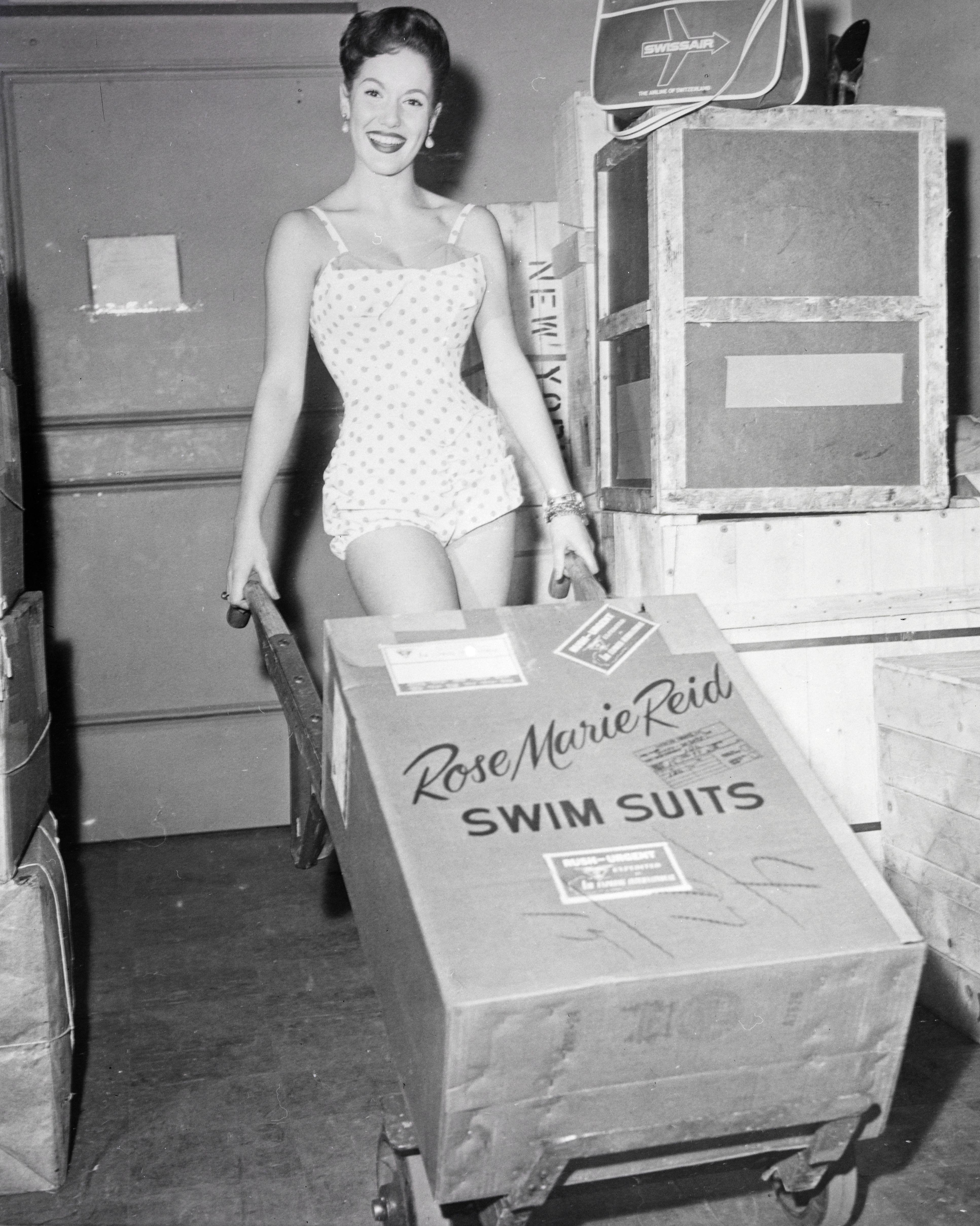 Model präsentiert Rose Marie Reid Swim Suits in der Frachthalle am Flughafen Zürich-Kloten. LBS_SR03-06860