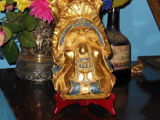 Mascherone in terracotta dorato a foglia oro e dipinto con tempera