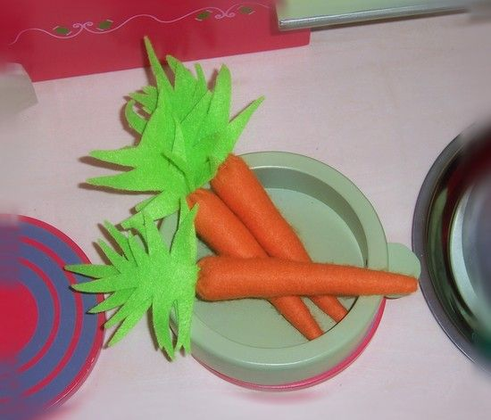 Felt food: carrots tutorial (page in French; use Google translate)