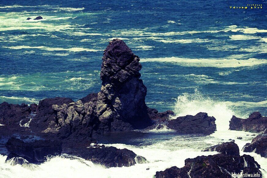 Namanya Batu ANU, dan emang mirip ANU di pantai Gunung Kidul    #Beach #indonesia #IndonesiaNature #Indonesiaindah #khatulistiwa #photography #streamzoo #vacation #VisitIndonesia