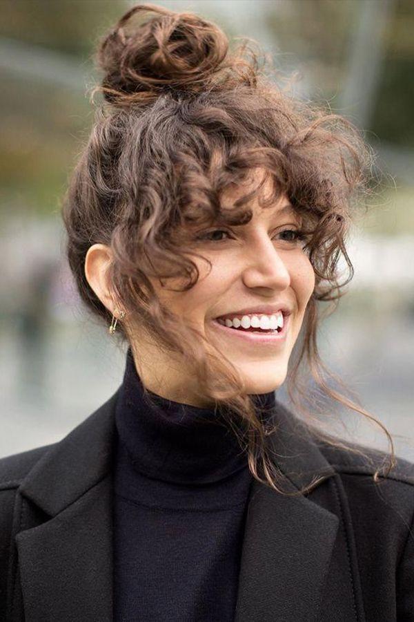 Updos creativos para cabello rizado perfectos para vacaciones u ocasiones especiales  – Peinados