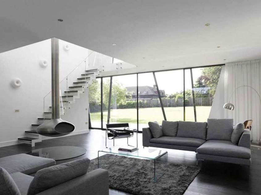 Come arredare il soggiorno con il grigio soggiorno con ampie vetrate