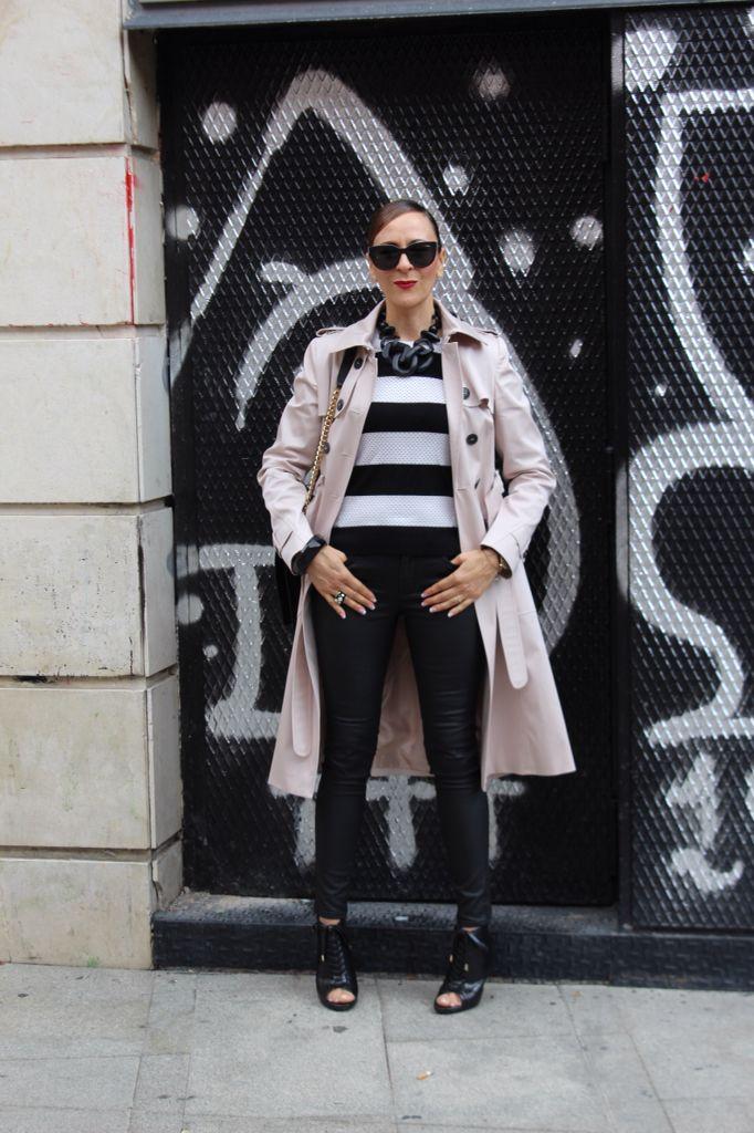 3ed52cb6c293 Combinar jersey rayas blanco y negro,trench y pantalones engrasados,  botines de tacón.