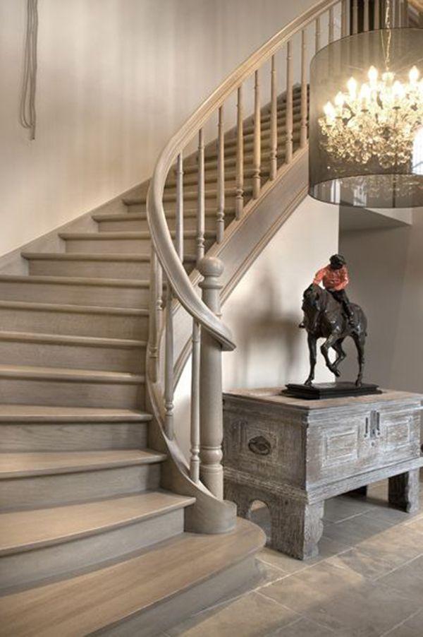 Mooie landelijke trap van grijs hout in dezelfde kleur als de tegelvloer mooie hanglamp - Decoratie van trappenhuis ...