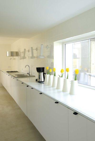 Créer une maison insolite dans un hangar Cuisine blanche, Plan de - Plan Maison En Longueur