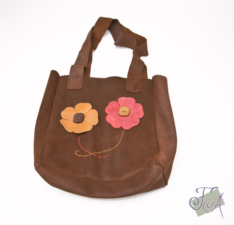 Bolso en serraje marrón con flores
