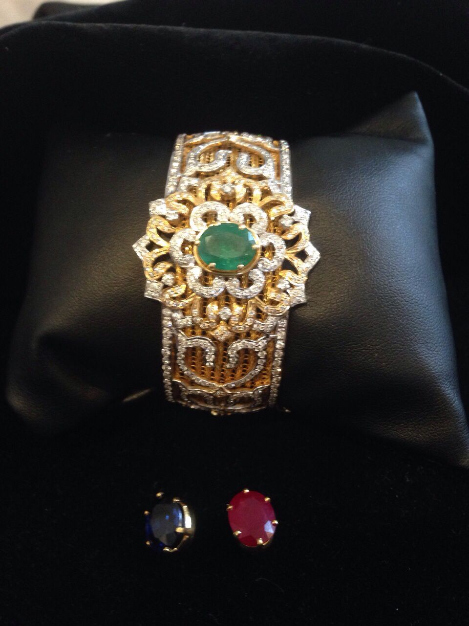 Stunning Bracelet in 18 kt gol with changeable precious stones Avialable now price and details on request
