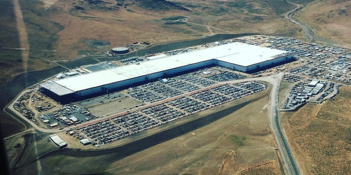 Tesla Gigafactory 1 New Aerial Shot Shows Lots Of Activity As It Starts Model 3 Production Electrek Tesla Battery Tesla Carbon Footprint